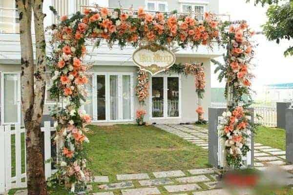 Cổng hoa cưới là điểm nhấn cho sự kiện