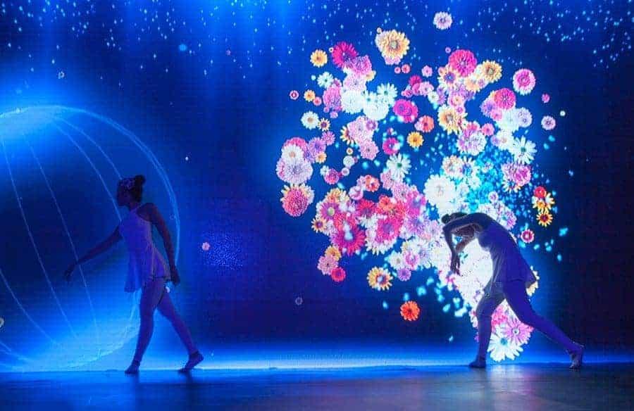 Nghệ sỹ tương tác với màn hình LED khi biểu diễn